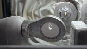 Nahaufnahmeansicht an rollendem Halter in der zahnmedizinischen Fräsmaschine stock video footage
