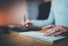 Nahaufnahmeansicht von den weiblichen Händen, die mit Computertastatur und digitalem grafischem Stift arbeiten Junger Netzdesigne Stockbild