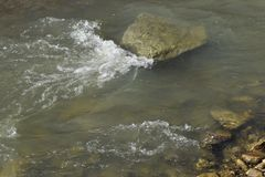 Nahaufnahmeansicht von einem Fluss in der Tageszeit stockbilder