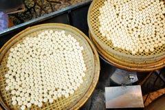 Nahaufnahmeansicht von Körben mit Plätzchen auf traditionelles chinesisch-styl lizenzfreie stockbilder