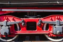 Nahaufnahmeansicht von Rädern eines alten Bahnautos, Blattfeder, Zeitschrift Lizenzfreies Stockfoto