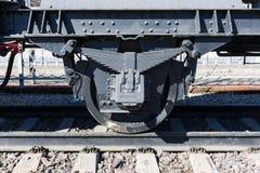 Nahaufnahmeansicht von Rädern eines alten Bahnautos, Blattfeder, Zeitschrift Lizenzfreie Stockfotos