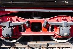 Nahaufnahmeansicht von Rädern eines alten Bahnautos, Blattfeder, Zeitschrift Lizenzfreies Stockbild