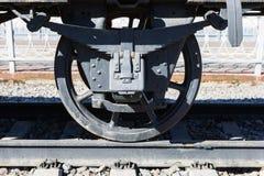 Nahaufnahmeansicht von Rädern eines alten Bahnautos, Blattfeder, Zeitschrift Lizenzfreie Stockbilder