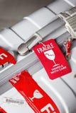 Nahaufnahmeansicht von rotem Gepäckanhänger zerbrechlichem befestigt zum Koffer Lizenzfreie Stockbilder