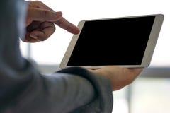 Nahaufnahmeansichtgeschäftsteamfunktionsgebrauch Tablet-PC unter Verwendung digitalen Stockfotografie