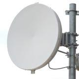 Nahaufnahmeantennenteller für Telekommunikation mit weißem backgrou lizenzfreie stockbilder