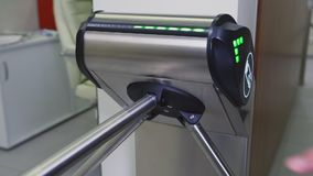 Nahaufnahmearbeitskraft verwendet kontaktlosen Schlüssel für das Überschreiten zum Büro stock footage