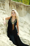 Nahaufnahmeart und weisemädchen im schwarzen Kleid in den Dünen stockbild