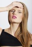 Nahaufnahmeart- und weiseschönheitsportrait mit den roten Lippen Lizenzfreie Stockbilder