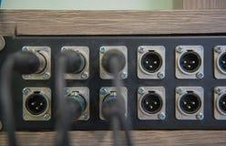 Nahaufnahmeaudiokabel, -verstärker oder -mischer Musikausrüstung Stockfotografie