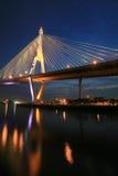 Nahaufnahmeaufhebungbrücke mit Reflexion auf Wasser Stockfoto