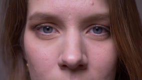 Nahaufnahmeaugenschuß des hübschen jungen Mädchens, das in Kamerabrüche in ein glückliches Lächeln aufpasst stock video footage