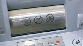 Nahaufnahmebankzufuhr bereit, Bargeld vom Konto herauszugeben stock video footage