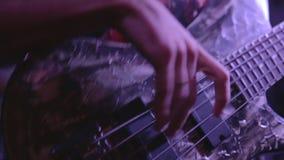 Nahaufnahmebassist, der die Bass-Gitarre spielt stock footage