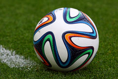 Nahaufnahmebeamter FIFA Ball mit 2014 Weltcupen (Brazuca) Stockbild
