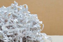 Nahaufnahmebeschaffenheitsfetzen des Papierschrottes Stockfotos