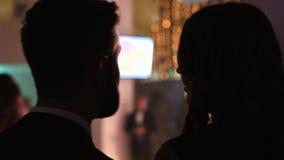 Nahaufnahmebild der süßen Unterhaltung der jungen reizend Paare an einer Nachtpartei in einem Verein Junger Mann, der etwas zu fl stock video
