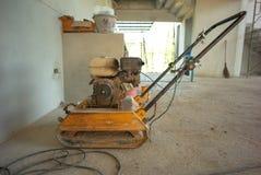 Nahaufnahmebild der Stanzmaschine im Haus unter Konstrukt lizenzfreies stockfoto
