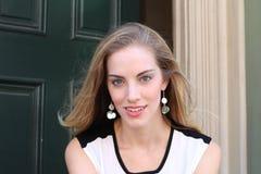 Nahaufnahmebild des schönen blonden Mädchens Lizenzfreie Stockbilder