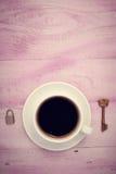 Nahaufnahmebild des Tasse Kaffees mit Verschluss und Schlüssel Stockbild