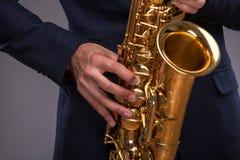 Nahaufnahmebild einer Trompete in den Händen eines Jazz Stockfotos