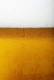 Nahaufnahmebild eines Bieres mit Schaum und Blasen Stockfotos
