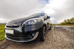 Nahaufnahmebild eines modernen Autos auf einer schlechten Straße Lizenzfreies Stockbild