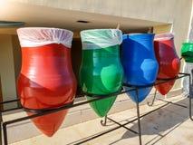 Nahaufnahmebild von bunten Abfallbehältern für das Sortieren der Sänfte Es ist sehr wichtig, damit unseren Planeten und Ökologie  stockfotografie