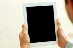Nahaufnahmebild von den männlichen Händen, die Anzeige des Tablet-Computers zeigen Lizenzfreies Stockfoto