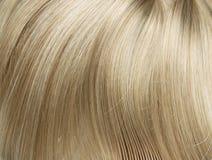 Nahaufnahmebild von gerade, langes blondes Haar Stockfoto