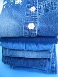 Nahaufnahmeblau-Blue Jeans Stockfotos