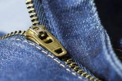 Nahaufnahmeblue jeans machen Reißverschluss zu stockfotos
