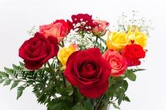 Nahaufnahmeblumenstrauß der roten, rosafarbenen, gelben Rosen. Stockbilder