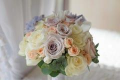 Nahaufnahmeblumenstrauß von Blumen stieg und von Ritterspornhochzeit Lizenzfreie Stockfotos