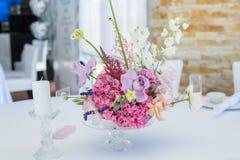 Nahaufnahmeblumenstraußsatz frische Rosen, Astilbe, Gartennelke, Rittersporn, Eustoma, Ornithogalum, Lavendel und Hortensie verzi stockbilder