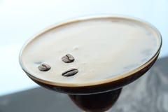 Nahaufnahmecocktail mit Kakaobohnen lizenzfreie stockfotos