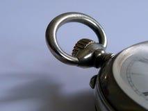 Nahaufnahmedetail der alten silbernen Taschenuhr mit selektivem Fokus lizenzfreie stockbilder