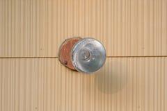 Nahaufnahmedetail der AußenflutGlühlampe auf Haus lizenzfreie stockfotografie