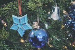 Nahaufnahmedetail des Weihnachtsbaums mit analoger Kameraart der Dekorationen Lizenzfreies Stockfoto