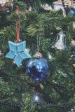 Nahaufnahmedetail des Weihnachtsbaums mit analoger Kameraart der Dekorationen Stockbilder