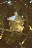 Nahaufnahmedetail des Weihnachtsbaums mit analoger Kameraart der Dekorationen Stockfotografie
