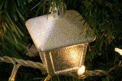 Nahaufnahmedetail des Weihnachtsbaums mit analoger Kameraart der Dekorationen Stockbild