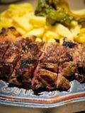 Nahaufnahmedetail einer Rindfleischrippe gegrillt mit gebratenen Kartoffeln stockfoto