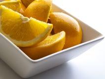 Nahaufnahmedetail einer Schüssel voll geschnittener †‹â€ ‹Orangenscheiben stockfotos