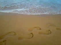 Nahaufnahmedetail eines weiblichen Fußes auf dem Strand lizenzfreie stockfotografie
