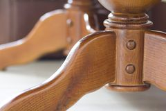 Nahaufnahmedetailbild des Holztischs Element der Eichenlieferung Dekoratives hölzernes Teil einer Küchenklassikertabelle Lizenzfreie Stockfotos