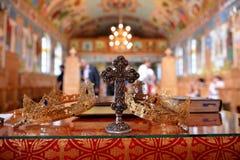 Nahaufnahmedetails von heiligen Kreuz- und Hochzeitskronen von der Kirche Lizenzfreie Stockbilder
