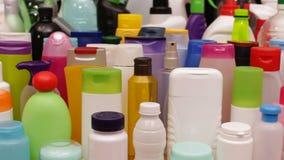 Nahaufnahmedia vor vielen Plastikflaschen stock footage