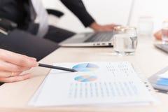 Nahaufnahmediagramm und -diagramme auf Tabelle während des Geschäftstreffens Lizenzfreie Stockfotos